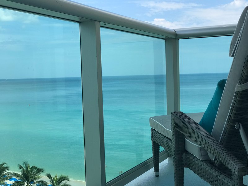 RIGHT ON THE BEACH-Direct Oceanview Luxury 2 Bed/2Bath Condo in the Tides Resort, alquiler de vacaciones en Fort Lauderdale