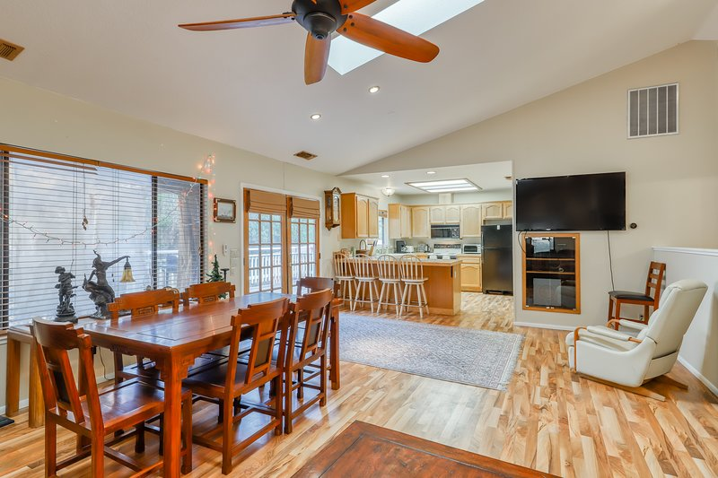 Cozy home w/ a private pool, hot tub, dry sauna, basketball hoop, & Ping-Pong!, vacation rental in Groveland