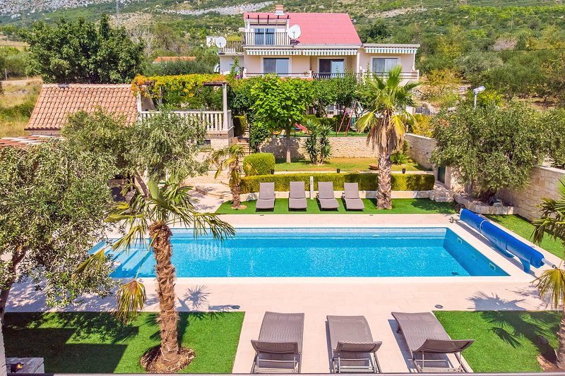 VILLA PAULA with 7 bedrooms, heated 36sqm private pool, Jacuzzi and sea view, location de vacances à Kastela
