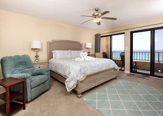 Recargue energías en esta elegante suite después de un largo día de juego en la playa