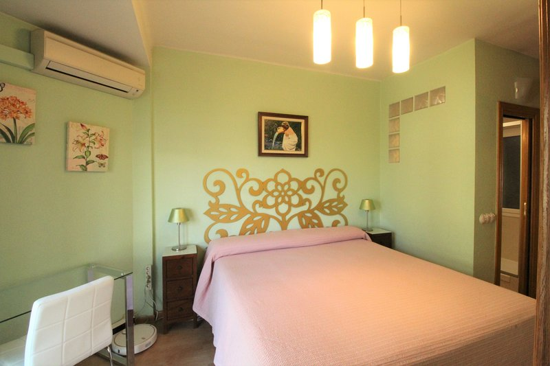 Hauptschlafzimmer mit en-suite Badezimmer (Kingsize-Bett)