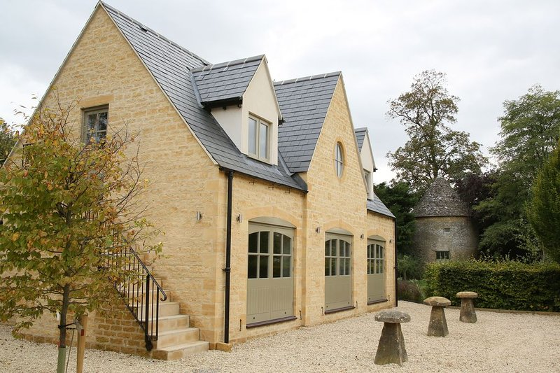 NEW to TA  The Coach House, Bourton-on-the-Water, central location, free parking, vacation rental in Wyck Rissington