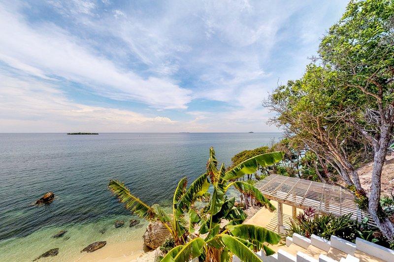 Cozy oceanfront villa with panoramic ocean views & beach access!, alquiler de vacaciones en Guanaja