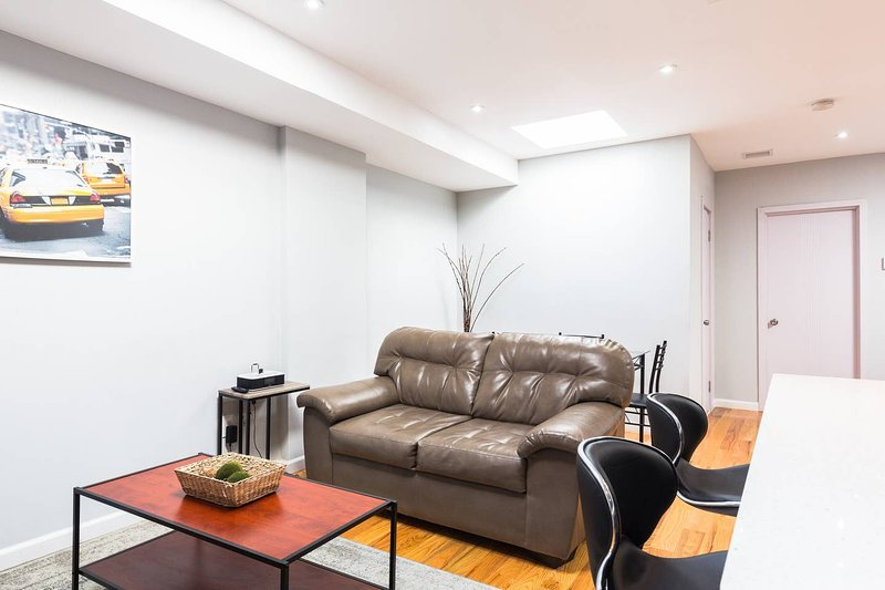 ♥BROOKLYN Private Master Bath | Express Train+Free Parking☆, holiday rental in Ozone Park