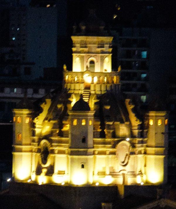 Cordoba vue de nuit, prise depuis la fenêtre du département du Dôme de la cathédrale de Cordoue