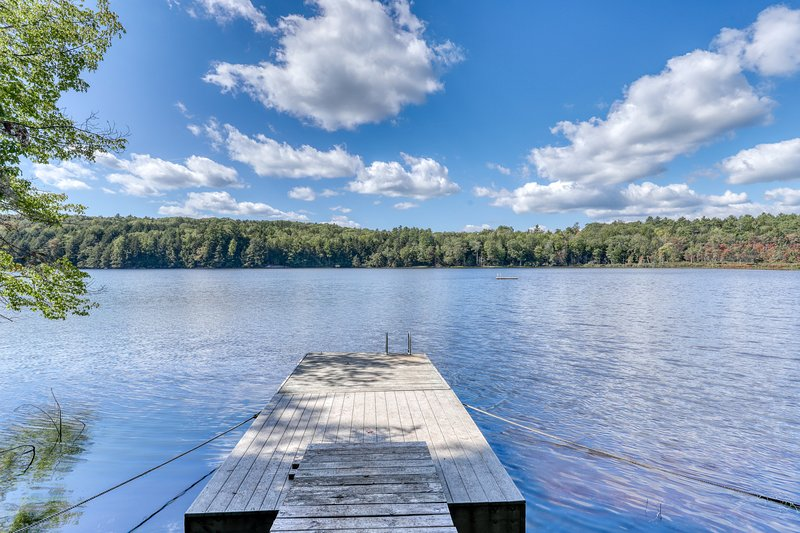 Lakefront home w/ beautiful water views! Dock and canoes available- dogs OK!, location de vacances à Damariscotta