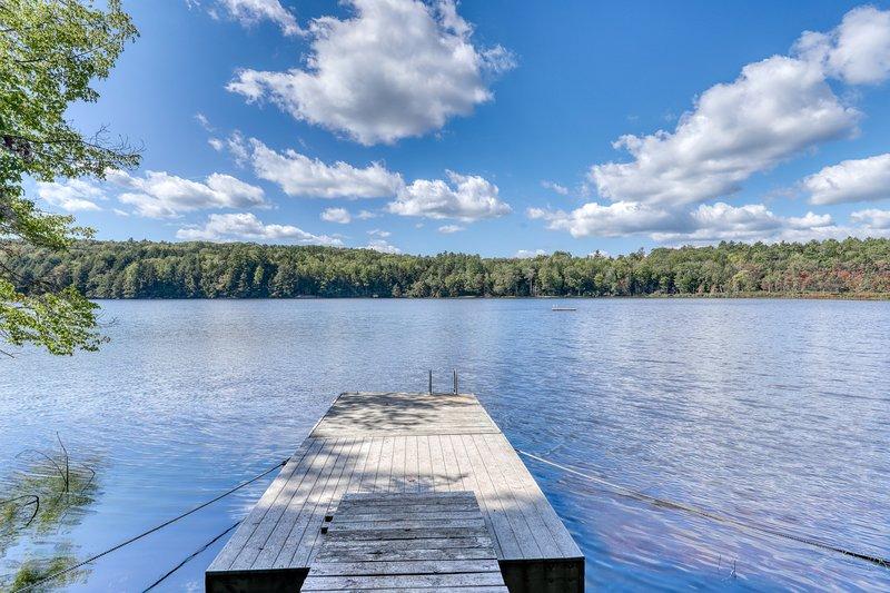 Lakefront home w/ beautiful water views! Dock and canoes available- dogs OK!, aluguéis de temporada em Walpole