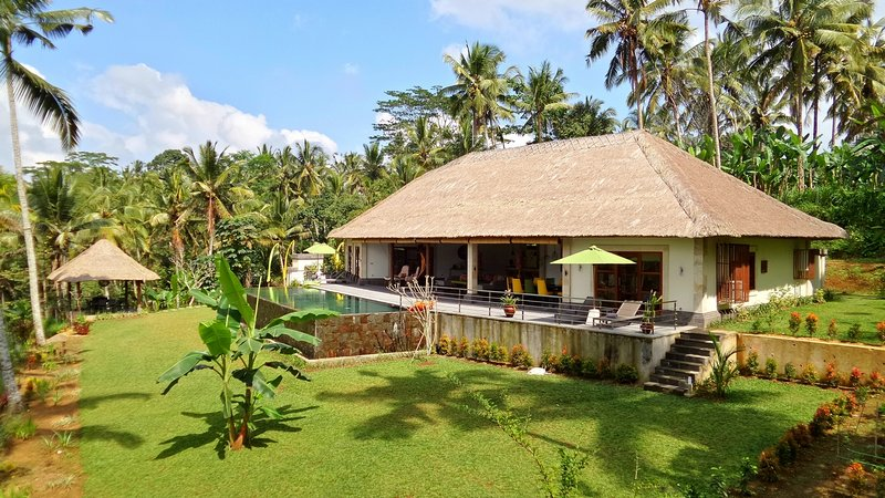 North of UBUD VILLA NATURE Stunning 3BR pool villa Tegalalang jungle view, holiday rental in Bresela