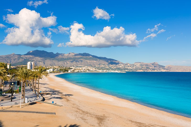 Modern sunny apartment close to Albir and family theme parks, vacation rental in Polop