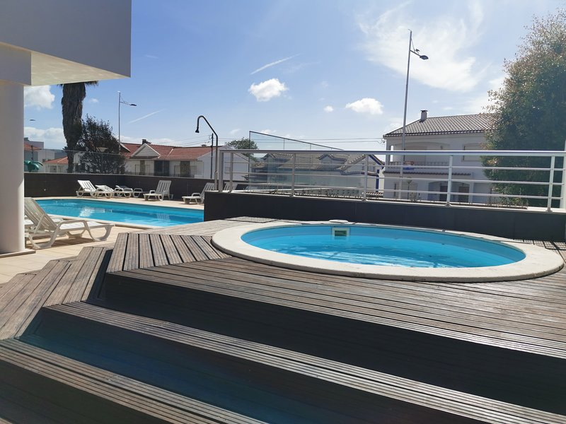 Spacious apartment with shared pool, holiday rental in Alfeizerao