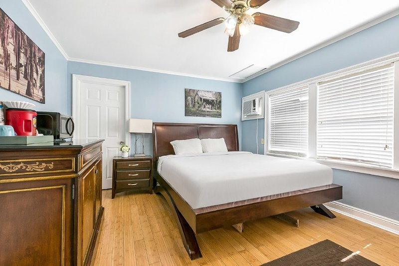 Furnished Studio 10 Min to French Quarter, holiday rental in Metairie