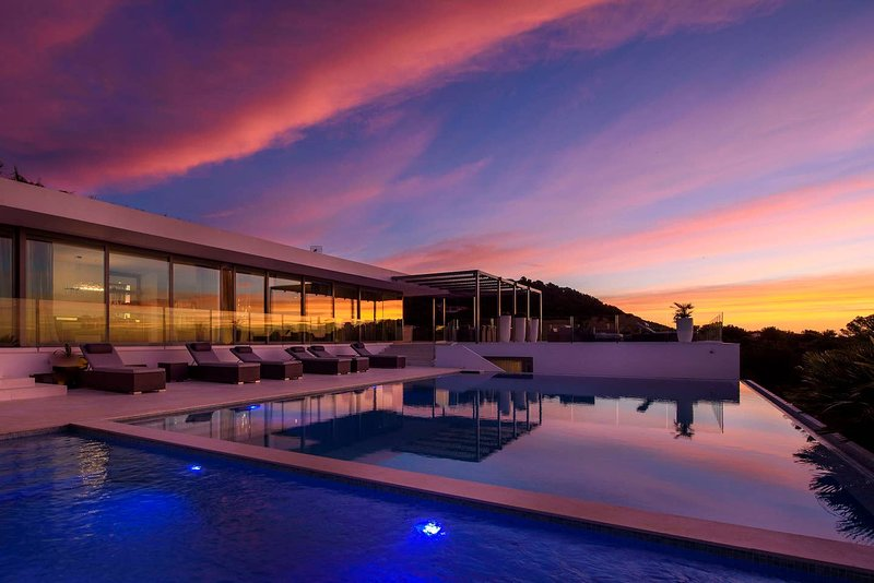 Modern villa with sea access and incredible views, location de vacances à Roca Llisa