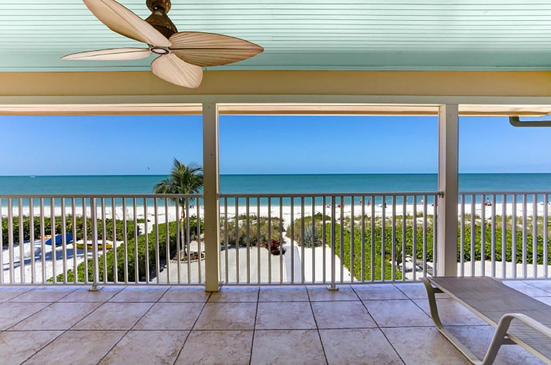 Beachfront Family Getaway on Gulf of Mexico | 5-Bedroom & 4.5 Bath | Sleeps 10, vacation rental in Survey Creek