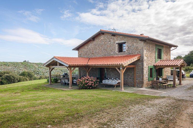 La casuca de Abanillas - casa rural para 10 pax - San Vicente de la Barquera, holiday rental in Pesues