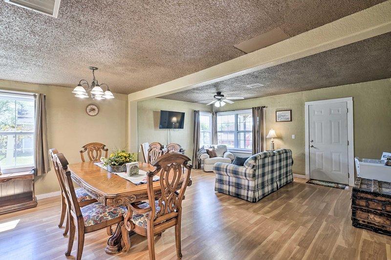 'Cobblestone Cottage' 10 Mi to Pomme de Terre!, alquiler vacacional en Edwards