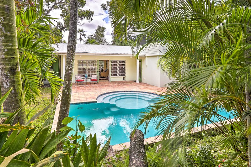 Bright St Thomas Getaway w/Pool, 3Mi to Magens Bay, holiday rental in Magens Bay