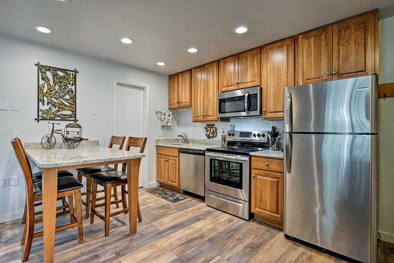 La maison offre beaucoup d'espace d'armoires et d'appareils en acier inoxydable mis à jour.