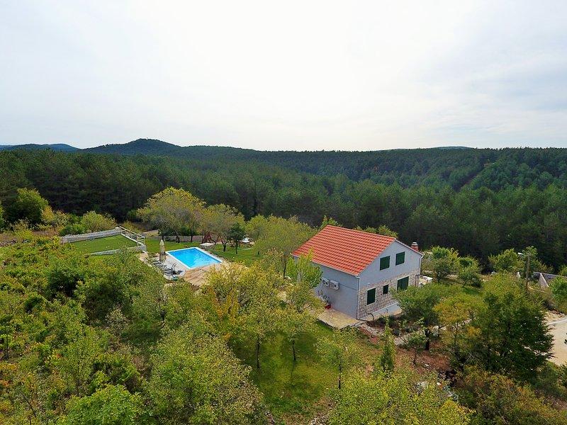 Heritage Villa Heaven 2,for 11,heated pool n.Split, vacation rental in Neoric