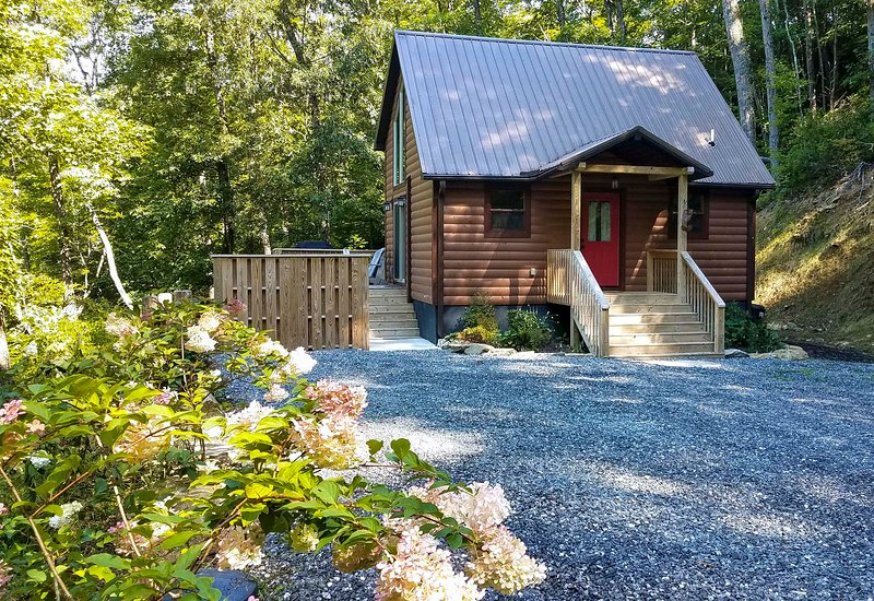 Scenic Cabin w/ Hot Tub - 15 Mins to Bryson City!, holiday rental in Bryson City