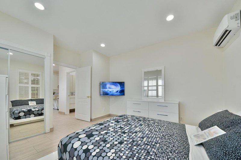 Stylish Modern Home by Disneyland & Downtown, holiday rental in Santa Ana