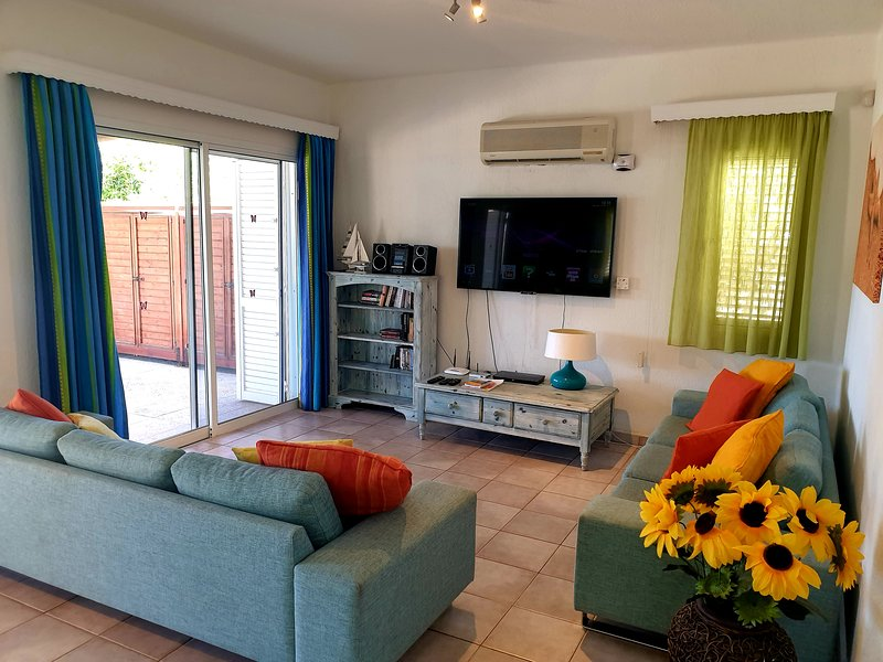 Sea Front Villa near Paphos, 4 Bedrooms and a Hot Tub, holiday rental in Khlorakas