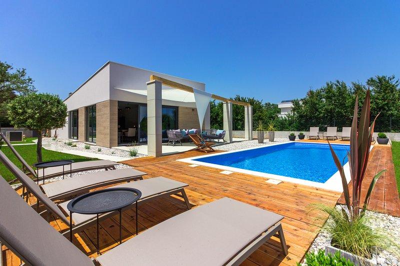 Luxury villa Maell with pool, kids playground near Medulin and Pula, aluguéis de temporada em Sisan