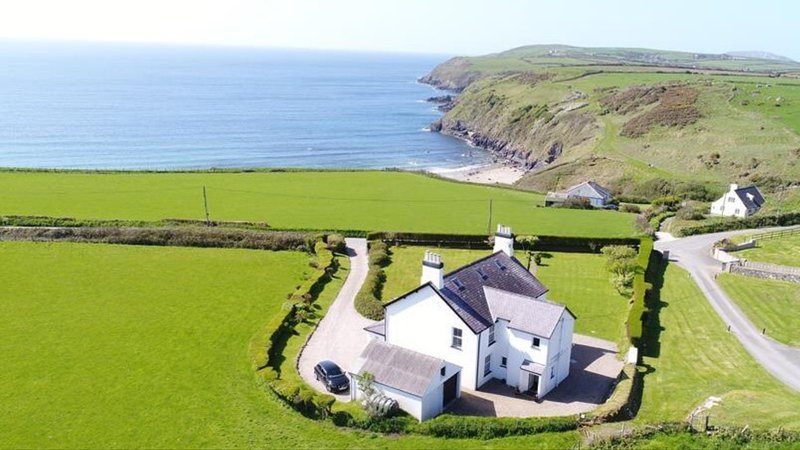 Afallon, Aberdaron, seaside family house, with wonderful panoramic views., location de vacances à Aberdaron