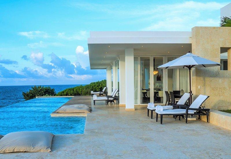 STUNNING LUXURY OCEANFRONT 4-BEDROOM VILLA RAPHAEL + BREAKFAST & CLEANING INCL., holiday rental in Los Robalos