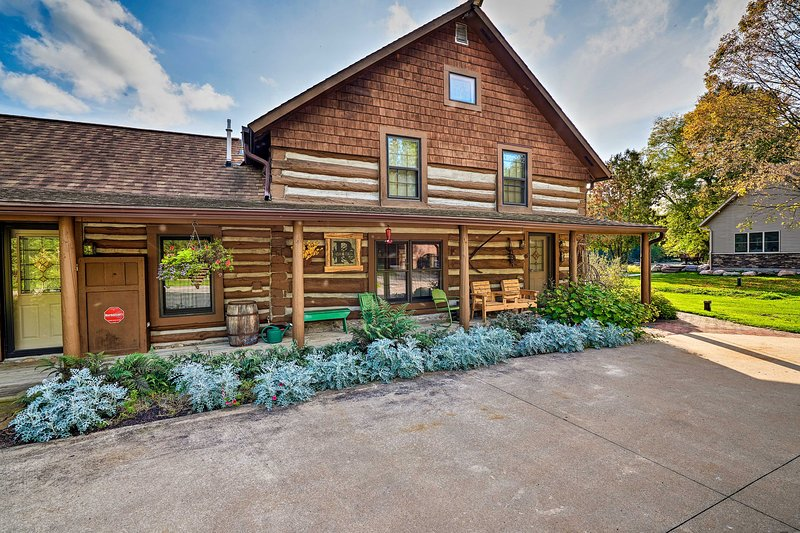 Spacious Log Cabin on the Wolf River w/ Fireplace!, casa vacanza a Lakewood