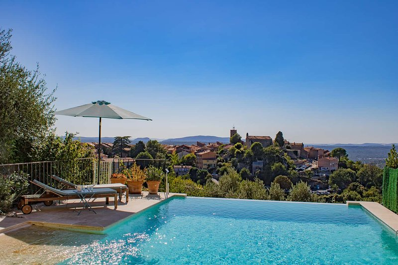 Luxurious Villa 150m² / Infinity pool / Panoramic View / 6 people, casa vacanza a Saint-Cezaire-sur-Siagne