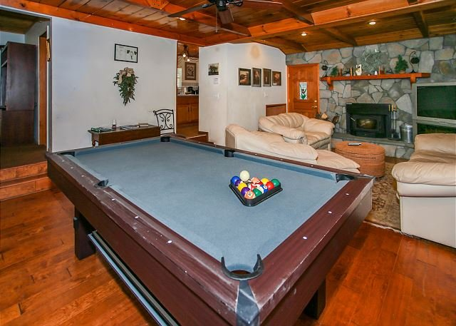 Close to SLOPES! Walk to LAKE / VILLAGE, Private Hot Tub! Pool table, location de vacances à Cherry Valley