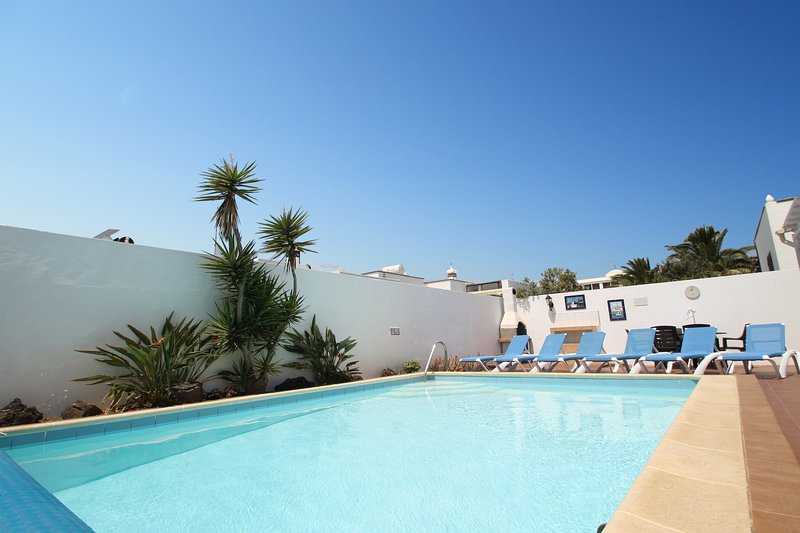 Luxury Villa with Private Heated Pool. Perfect location just 800 metres to beach, vacation rental in Costa Teguise