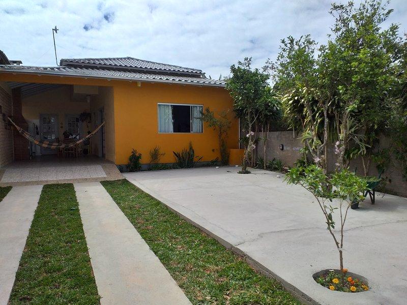 Casa completa na praia do rosa, holiday rental in Barra de Ibiraquera