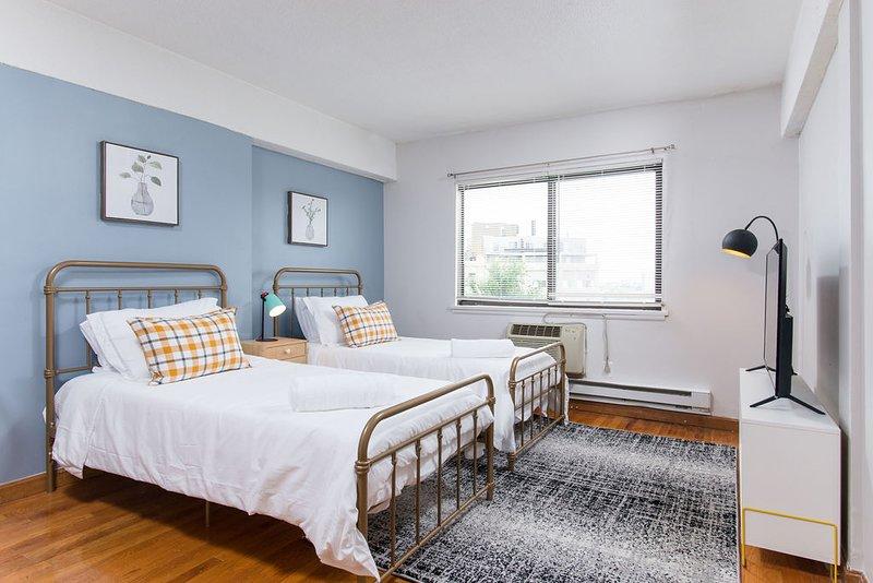 Private & convenient studio right next to T402, vacation rental in Boston