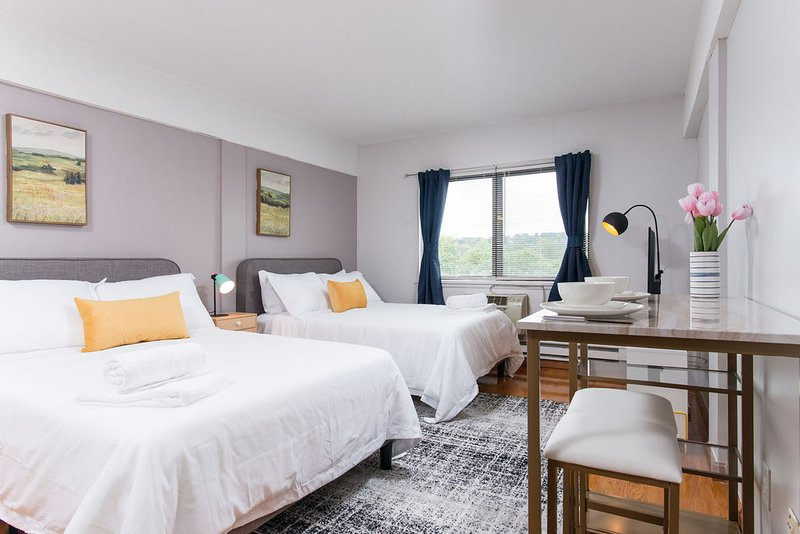 Gorgeous space in vibrant area, right next to t417, vacation rental in Boston