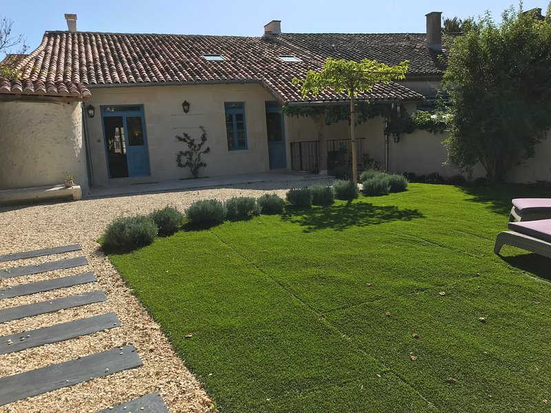 Delightful newly renovated Charentaise house within the village of Aubeterre, holiday rental in Bonnes
