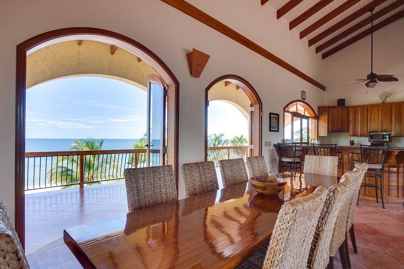 Salle à manger dans la grande salle à l'étage - s'ouvre à la brise de l'océan et à la plage privée
