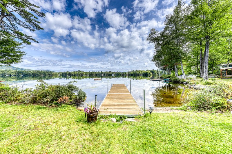 Stunning lakefront, open concept home w/ beautiful yard and dogs ok!, vacation rental in Whitefield