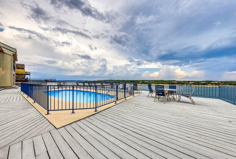 Lakefront condo w/ a shared pool, hot tub, & boat slip!, alquiler de vacaciones en Spicewood