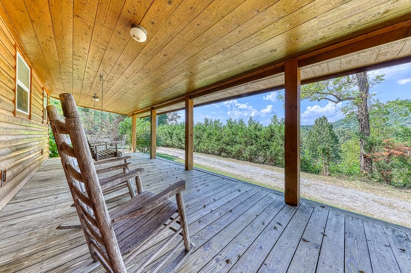 Updated wooden cabin w/gas fireplace, gas grill, furnished deck - close to town!, vacation rental in Townsend