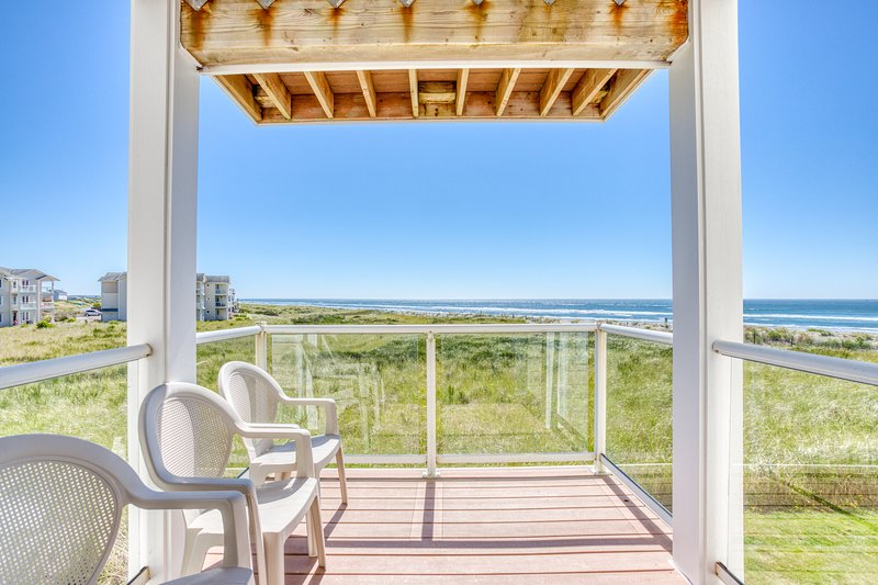 Waterfront, family-friendly condo near the beach w/ shared pool & hot tub, holiday rental in Westport