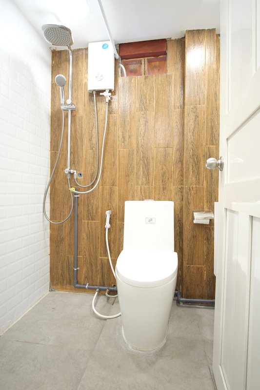 The private bathroom is equipped with both a rain shower and a handheld shower.