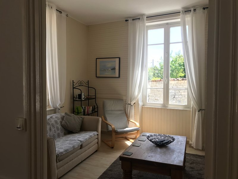 Le Tournesol - Les Vieilles Ombres - Gite 25 minutes from Cognac, holiday rental in Cresse