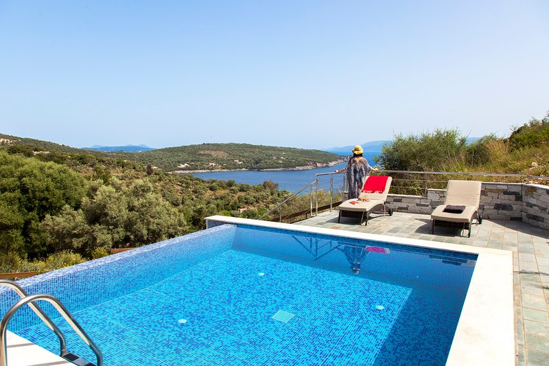 Luxury Villa De Ewelina with Heated Pool & Jacuzzi, vacation rental in Kontarena