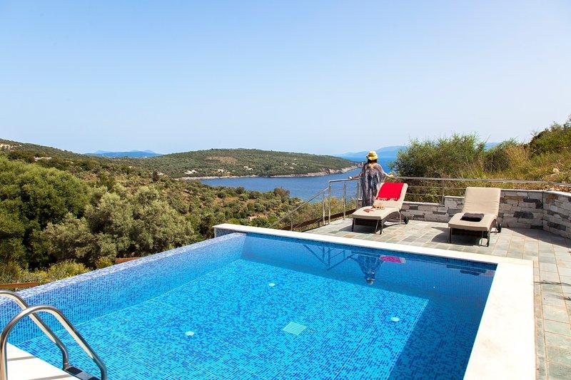 Luxury Villa De Ewelina with Heated Pool & Jacuzzi, holiday rental in Evgiros