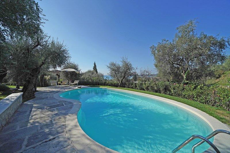 Luxury Villa stunning view, PRIVATE POOL, WIFI, garage, AC, for 6 in Gardone, holiday rental in Gardone Riviera