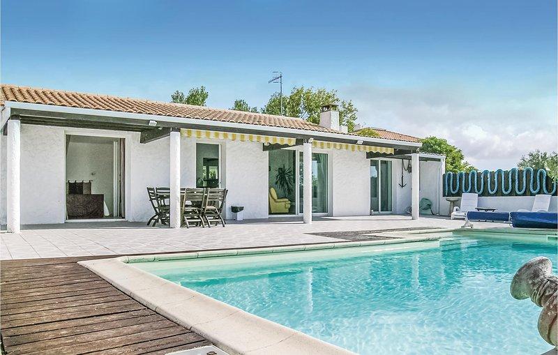 Beautiful home in L'Aiguillon sur Mer with WiFi and 3 Bedrooms (FVE222), location de vacances à L'Aiguillon-sur-Mer