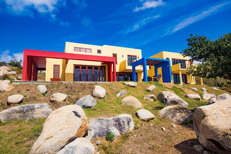 Casa Asombrosa · Modern Mexican-Influenced 4 BR/4.5 BA Villa w/Pool, holiday rental in Little Trunk Bay