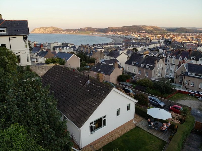 Tram Station Cottage - 3 beds/bathrooms, sea views, private parking, vakantiewoning in Llandudno