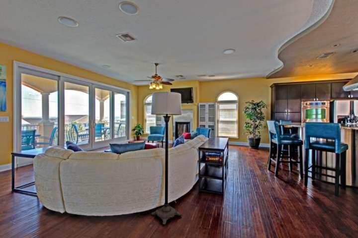 Luxury OceanView Home Just 2 Min Walk 2 Beach-3rd Floor Balcony to Entertain-20l, vacation rental in New Smyrna Beach